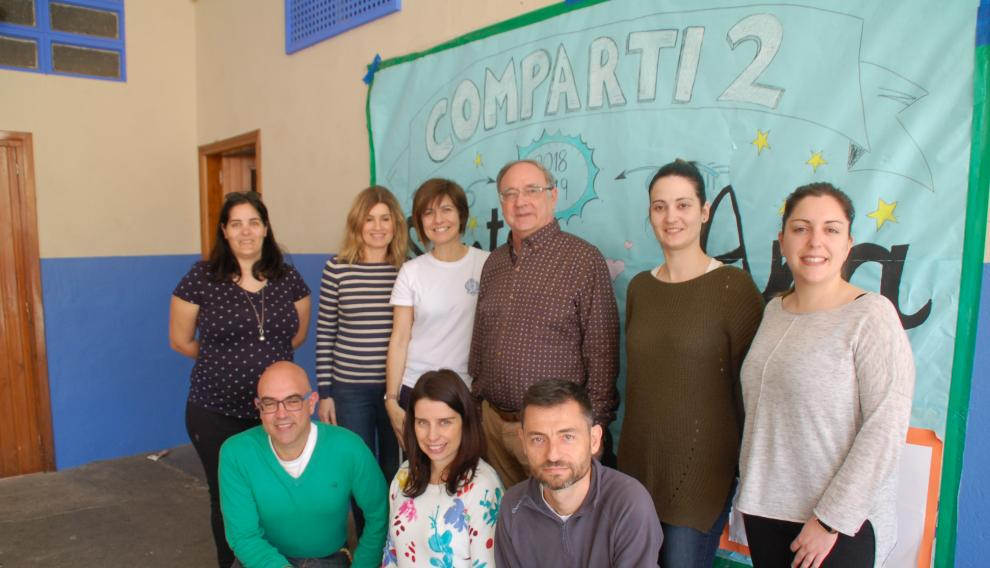Miguel Vizcaya con un grupo de antiguos alumnos, que hoy son docentes en el Colegio Santa Ana de Caspe (Zaragoza)