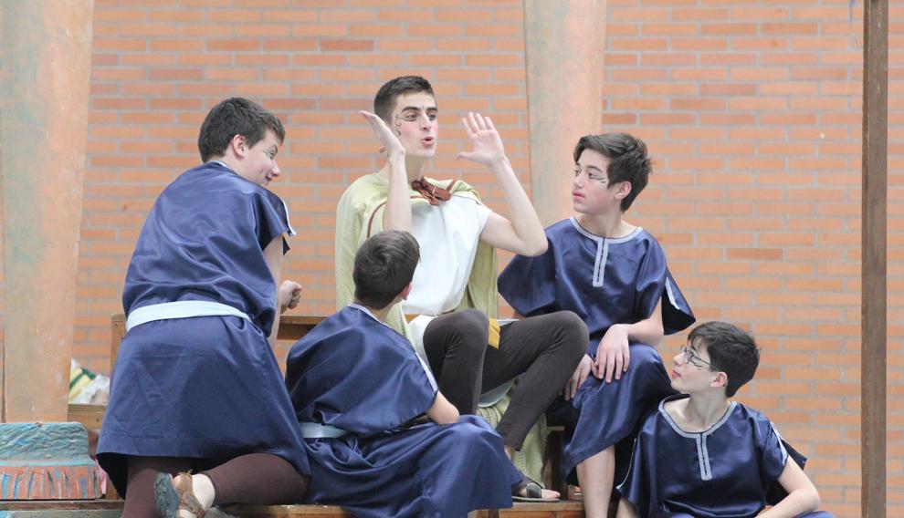 Los alumnos del IES Pedro de Luna de Zaragoza, en otra divertida escena de 'La comedia de las apariciones'