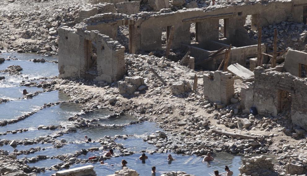 Tiermas y restos del su balneario, normalmente sumergido en el embalse de Yesa.