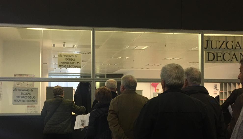 Fila para presentar las excusas para librarse de la mesa electoral el día de las elecciones generales en la Ciudad de la Justicia de Zaragoza