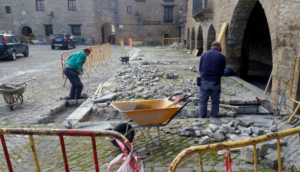 Obras en las calles medievales de Aínsa.