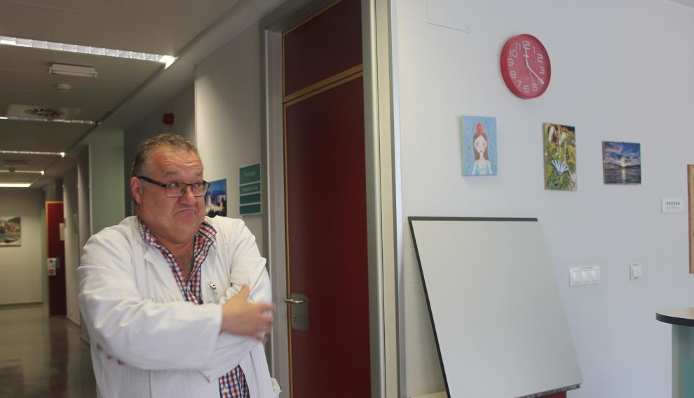 El psiquiatra Alfonso Pérez Poza, presidente de la Sociedad Aragonesa y Riojana de Psiquiatría (SARP), en el Hospital de Día de Psiquiatría del Miguel Servet de Zaragoza.