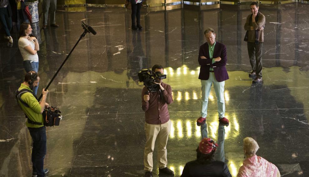 Michael Portillo y su equipo en el rodaje de las jotas en el Ayuntamiento de Zaragoza.