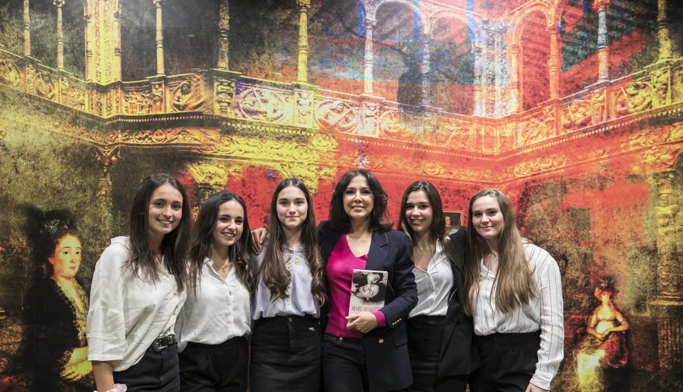 Isabel Gemio con el grupo de alumnas del Colegio Juan de Lanuza, que organizó este coloquio en colaboración con Ibercaja en el Patio de la Infanta.