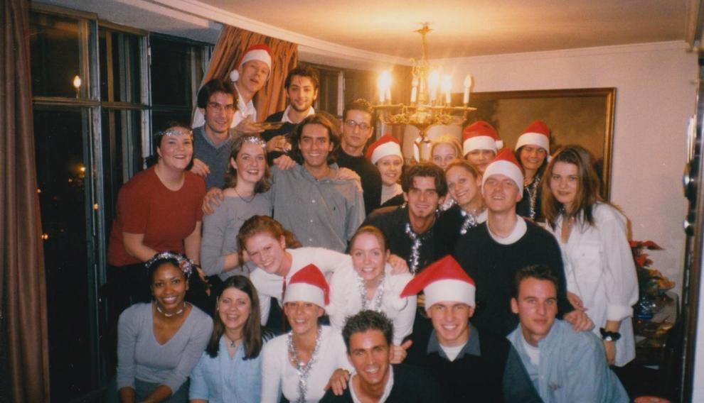 El grupo de estudiantes, junto a más jóvenes, en la Navidad de 1999.