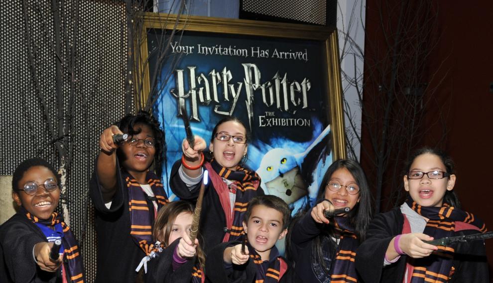 Visitantes de una exposición dedicada a Harry Potter