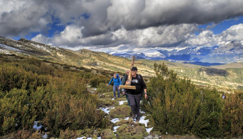Un grupo de vecinos de Boltaña y alrededores en la cruz devuelta a la montaña de Nabaín.
