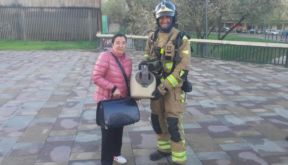 Manuela, junto a un bombero, tras el rescate de un animal atrapado en una vivienda a causa de un incendio.