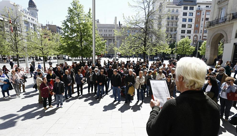 Los participantes de la manifestación convocada por la Plataforma de Pensionistas de Aragón escuchan la lectura del manifiesto en la plaza del Pilar