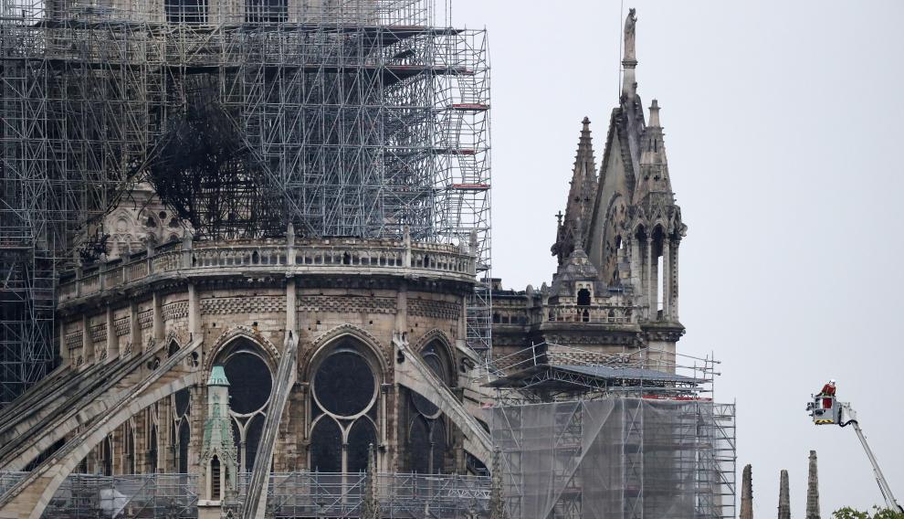Exterior de la catedral de Notre Dame tras haberse controlado el incendio.