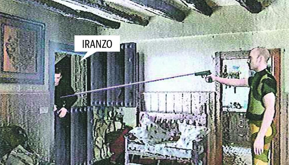 """Según las predicciones de la Guardia Civil, José Luis Iranzo recibe el primer disparo """"al ir a entrar en el interior de la vivienda""""."""