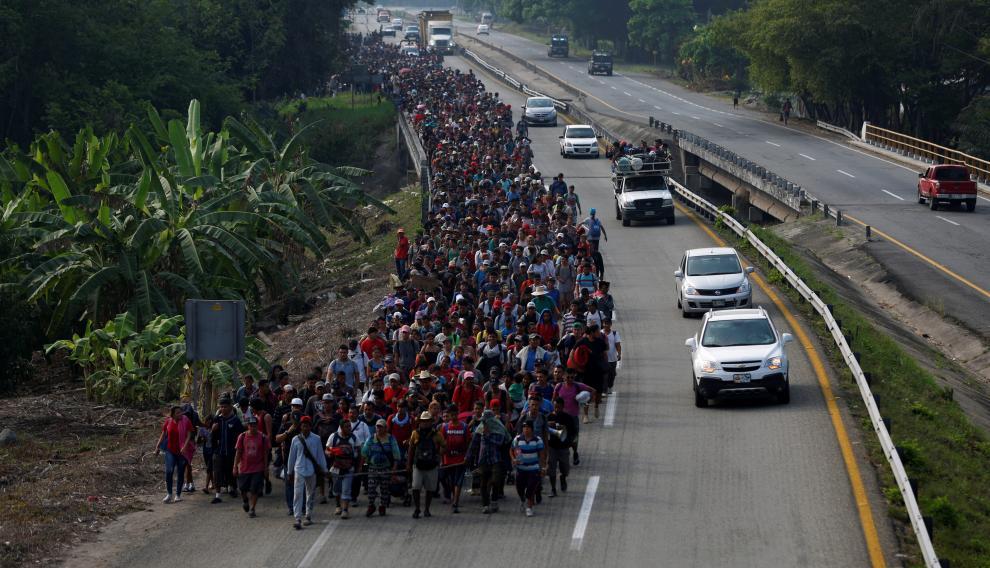 Inmigrantes de centro américa caminan durante su viaje a Estados Unidos, en Villa Comaltitlan, México.