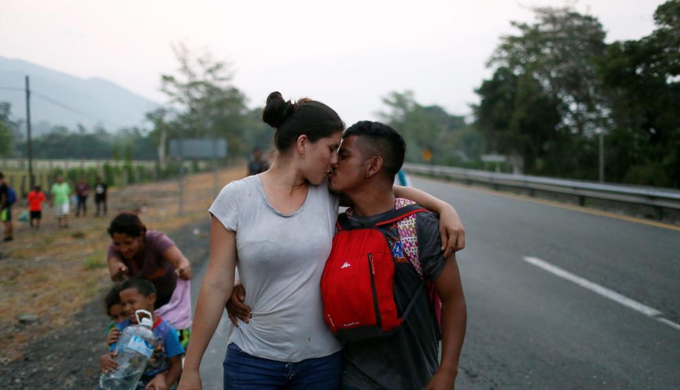 Una pareja de Honduras se besa durante la caravana de migrantes.