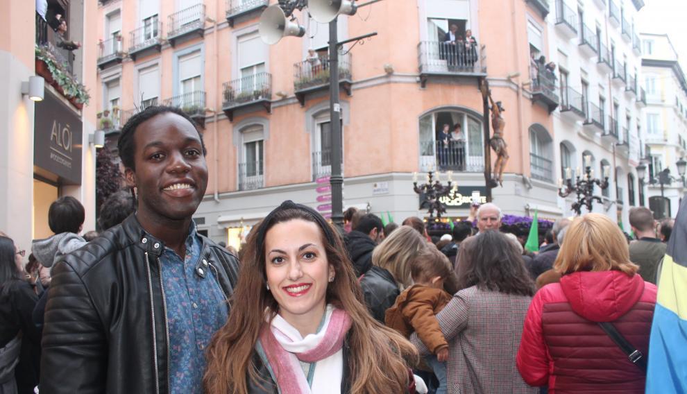 Mar Cuartero, de 27 años, junto a su pareja, viendo la procesión más multitudinaria de la Semana Santa zaragozana en la calle de Alfonso de la capital aragonesa.