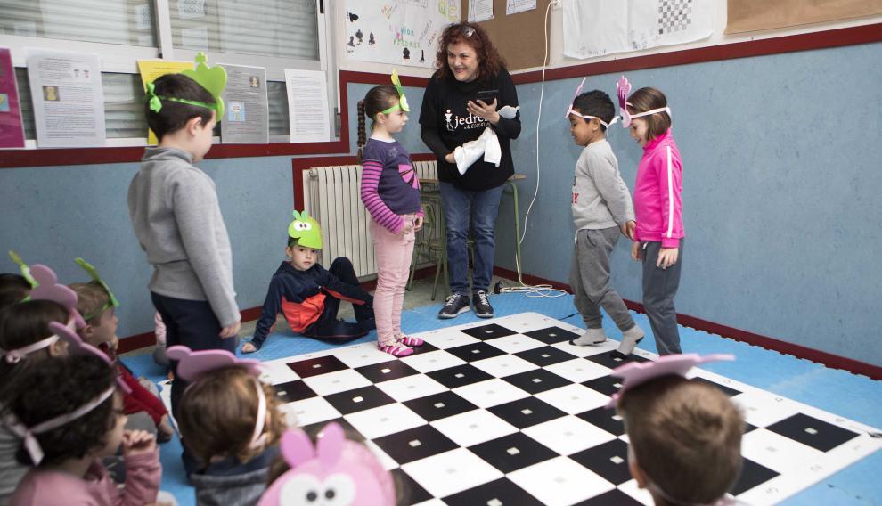 Miriam Monreal, con sus alumnos de infantil del CEIP Zalfonada, el único centro de Aragón que tiene un tablero tecnológico de suelo