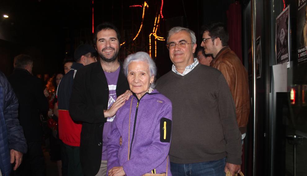 Manuel Domínguez, de La Ronda de Boltaña, junto a su madre -quien inspiró en parte esta canción- y Jorge Andolz, director del corto 'Mermelada de Moras'.