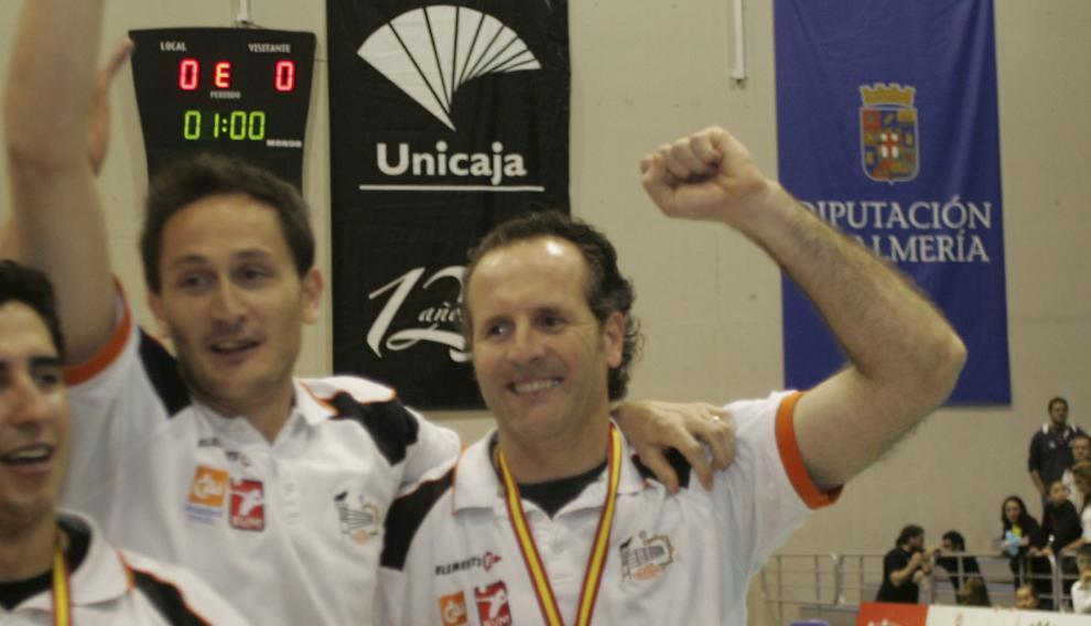 Óscar Novillo (derecha), entrenador del CV Teruel, celebra con su segundo, Jose Ignacio Marcos, el título