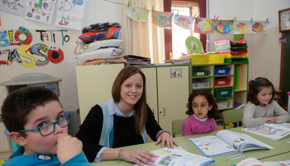 En su clase hay 12 niños de Educación Infantil y de primero y segundo de primaria.