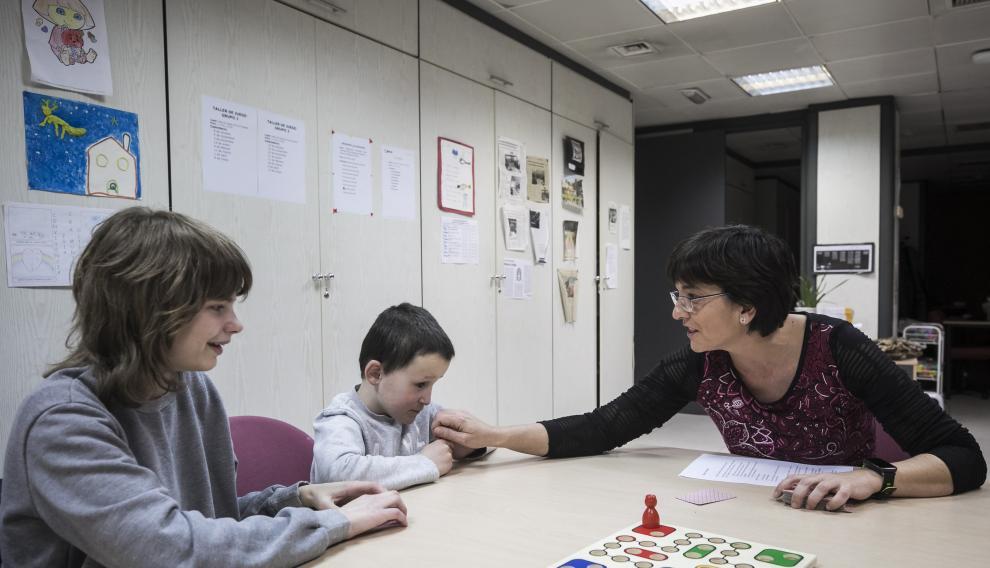 Cristina González con dos de sus alumnos, en el área de maestros de la Delegación Territorial de la ONCE en Zaragoza