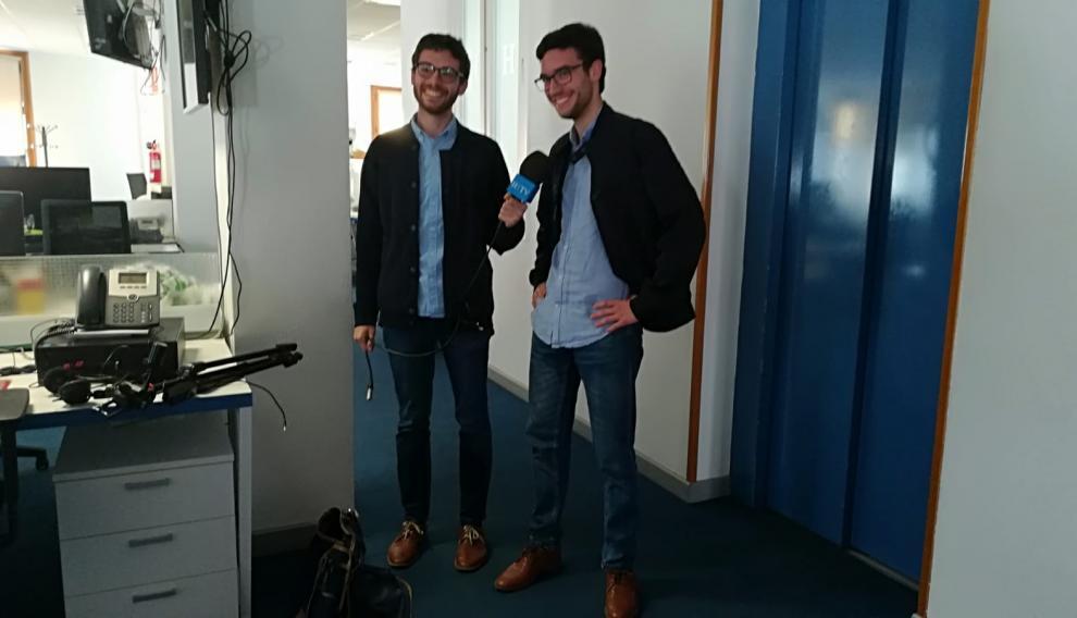 """Crónica a pie de urna: los """"gemelos"""" Alejandro Santos y Mariano Millán hacen seguimietno de las elecciónes generales en Zaragoza"""