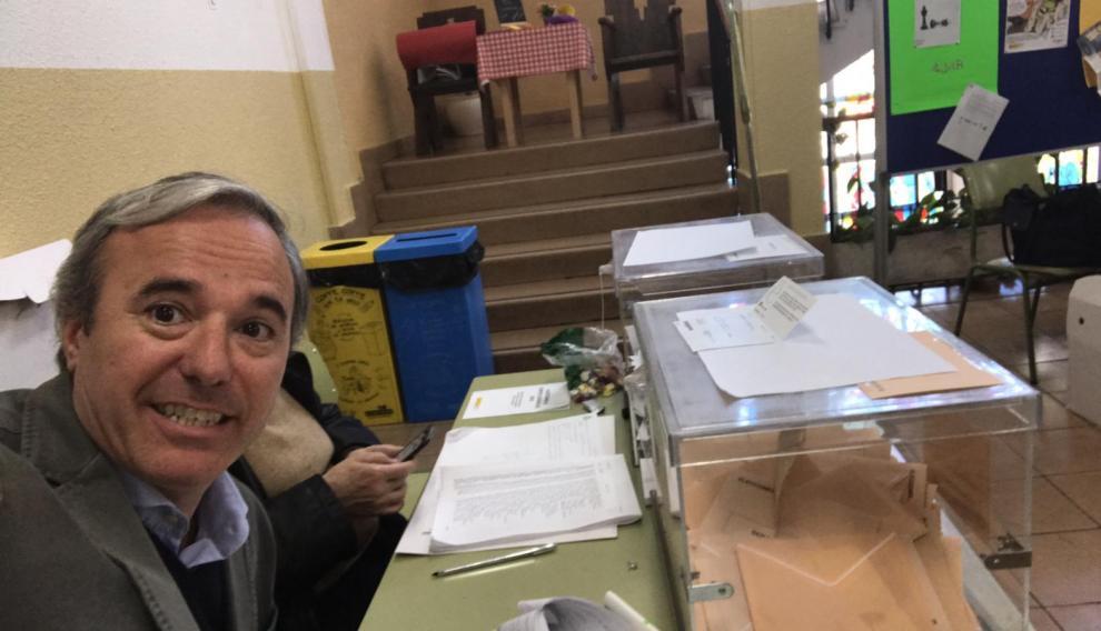 El candidato del PP a la alcaldía, Jorge Azcón, ha ejercido de presidente de mesa.