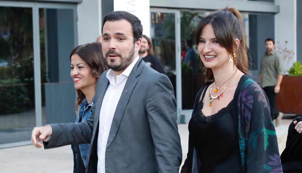 El coordinador de IU y candidato al Congreso por Unidas Podemos, Alberto Garzón, acompañado por su mujer, a su llegada al Hotel Goya de Madrid.