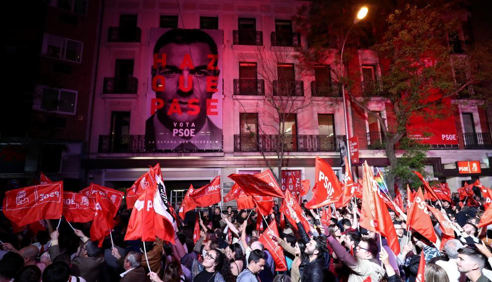 Los votantes socialistas esperan el anuncio de los resultados electorales en Madrid.