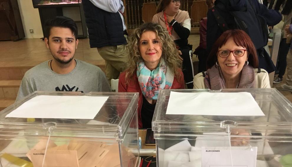 Mapi Laborda, miembro de mesa electoral por cuarta vez, junto a sus compañeros en las elecciones de hoy.