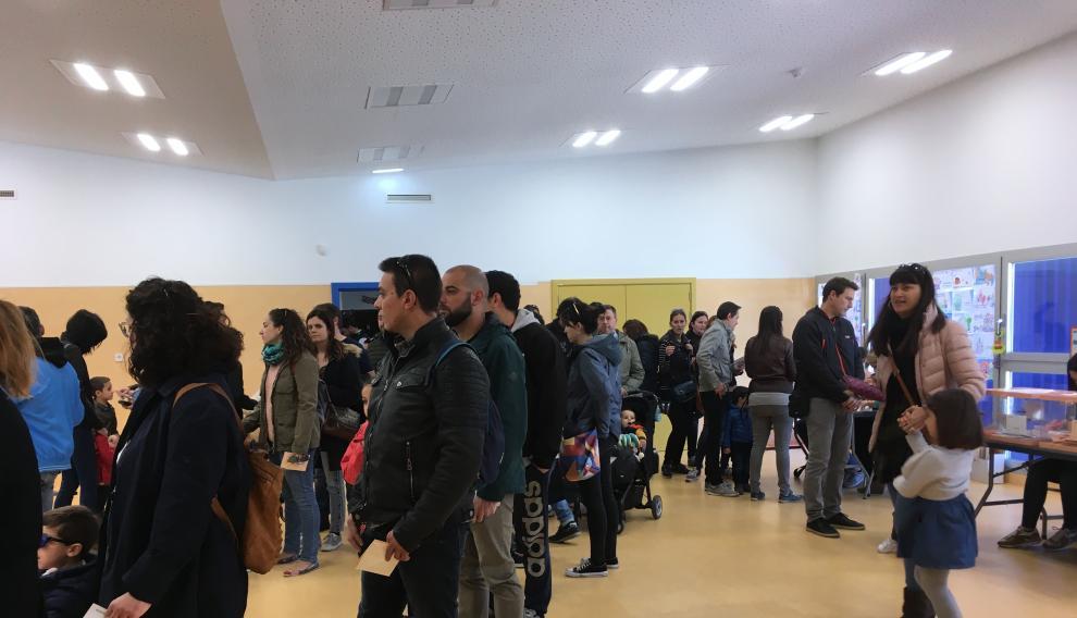 Vecinos de Parque Venecia votando por primera vez en su propio colegio.