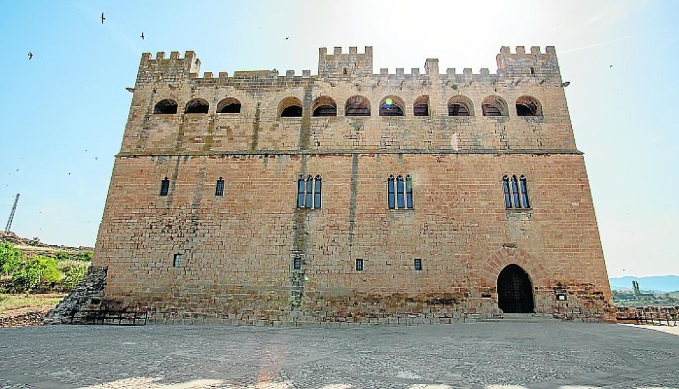 El castillo se ubica en lo alto del pueblo.