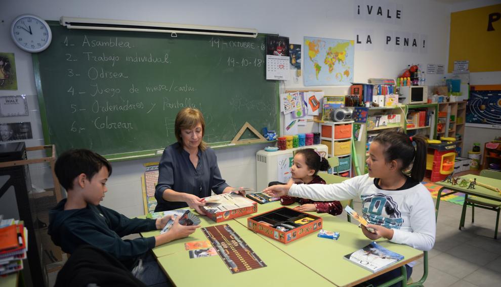 La maestra Mariví Elena Jarque con sus tres alumnos: Khadija, de 3 años, David, de 9, y María Pilar, de 11, en la escuela de Alba del Campo (Teruel)