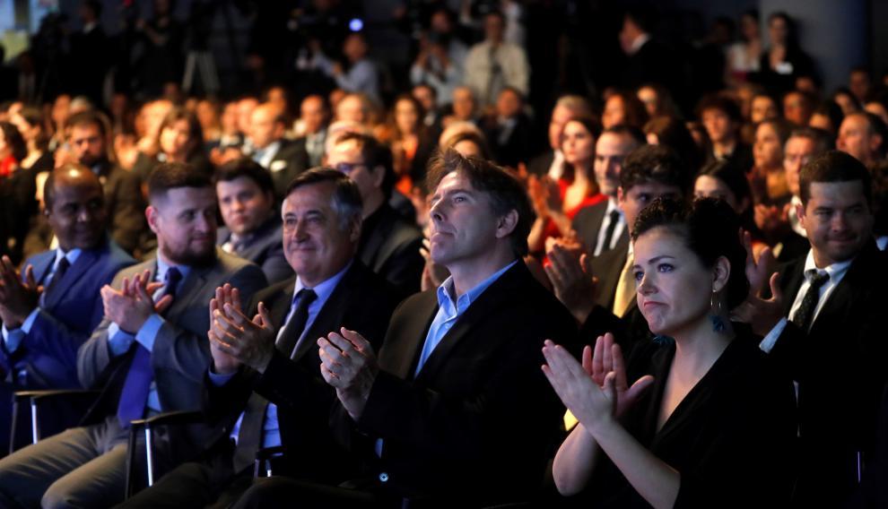 Los periodistas galardonados, Gervasio Sánchez, Conchi Cejudo y Javier del Pino, aplauden durante la ceremonia de entrega de Premios de Periodismo Rey de España.