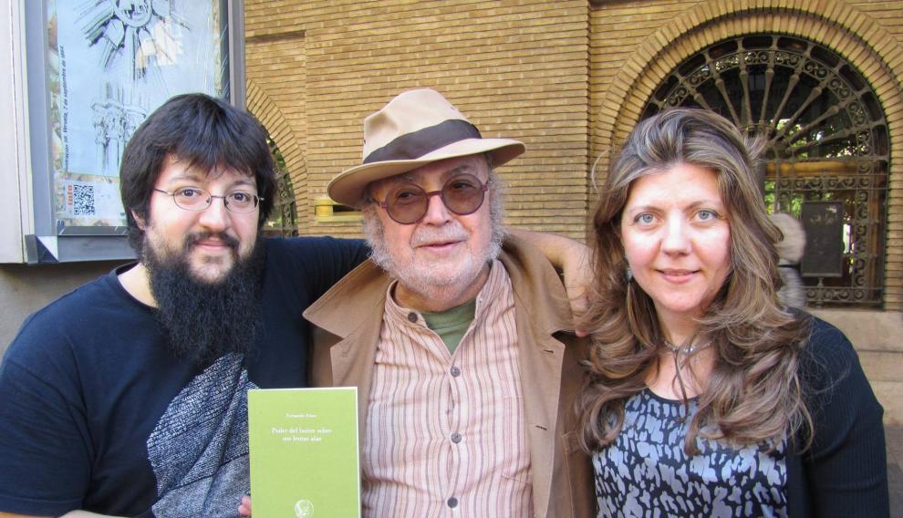 Los editores Reyes y David, con su autor Roberto Malo en el centro.