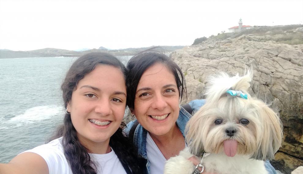 Rocío junto a su hija Ainoa y su perrita Cleo.