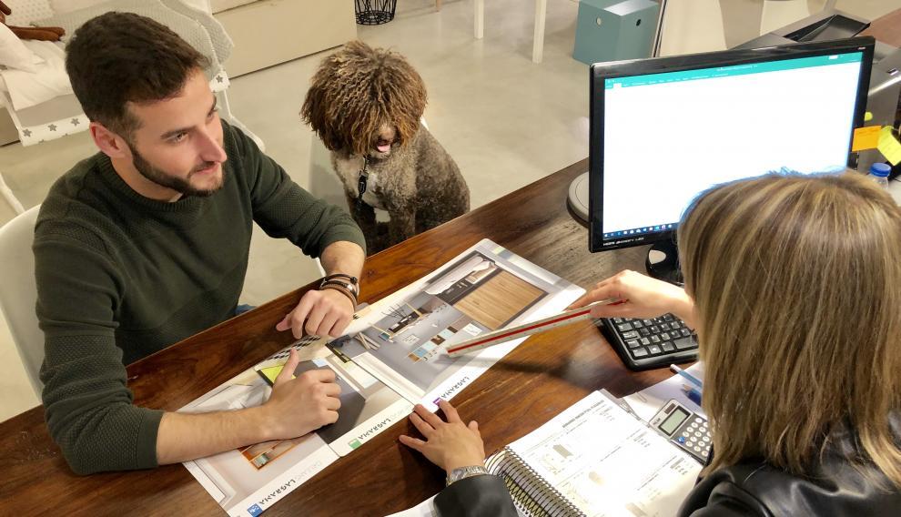 Un cliente acude con un perro al establecimiento 'El cuarto creciente'.