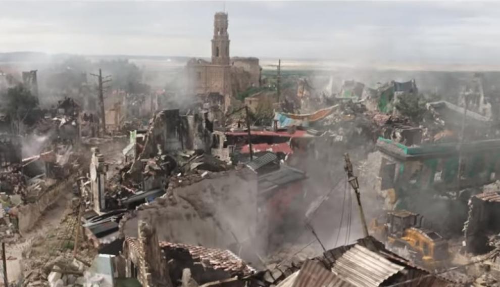 Otra de las imágenes del filme donde se puede ver (al fondo) las ruinas de Belchite