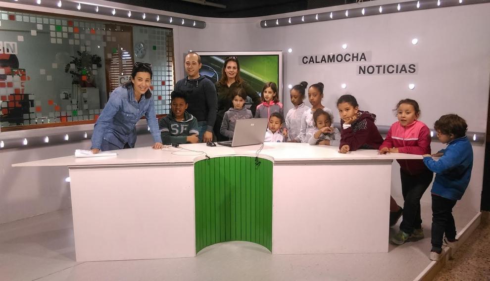 Escolares de El Poyo del Cid y Báguena, durante su visita a las instalacoines de Calamocha TV