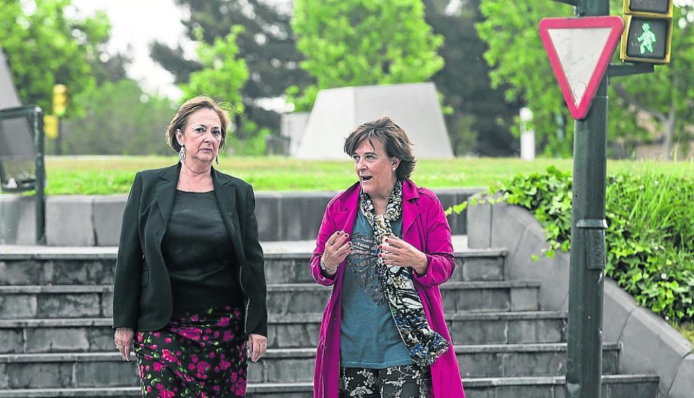 Verónica Lope (izda.) e Inés Ayala conversan en Zaragoza.
