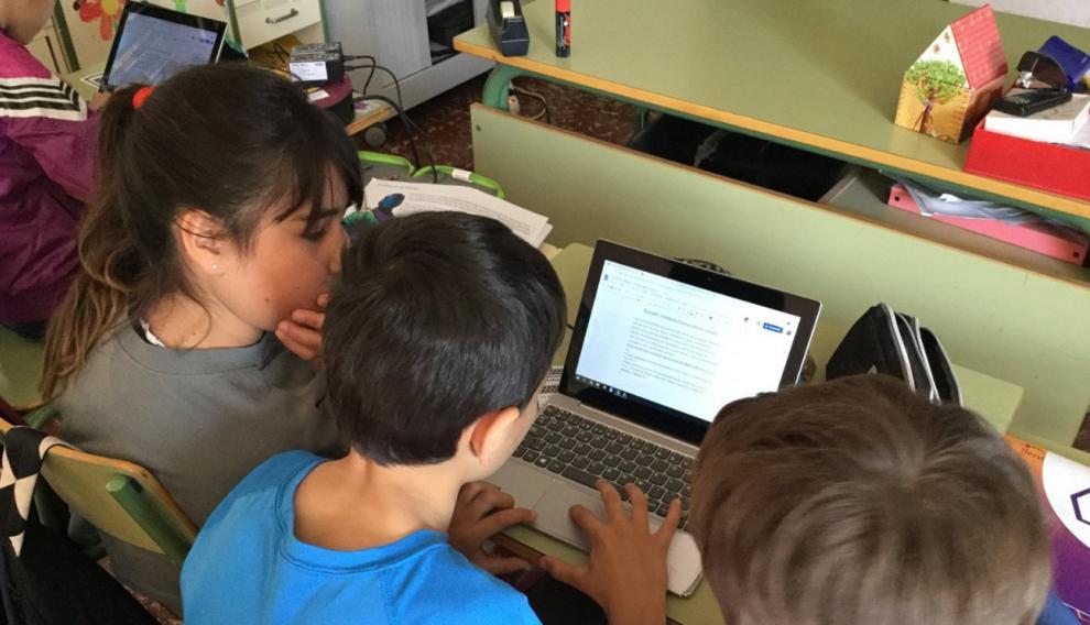 Los alumnos de la escuela de Laspuña, en pleno trabajo de edición
