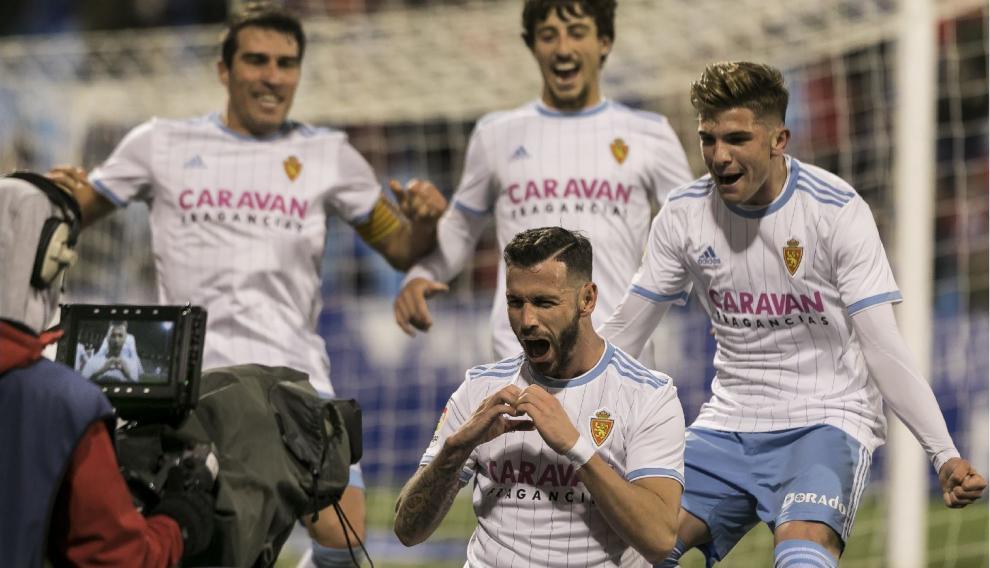 Enero, La Romareda. Álvaro Vázquez termina su celebración del 2-0 al Oviedo, con Zapater, Delmás y Guti acudiendo a compartir la alegría por un taconazo-espuela magnífica a la salida de un córner.