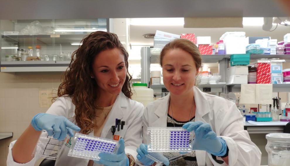 Patricia Sancho con otra investigadora en el laboratorio del IIS Aragón.