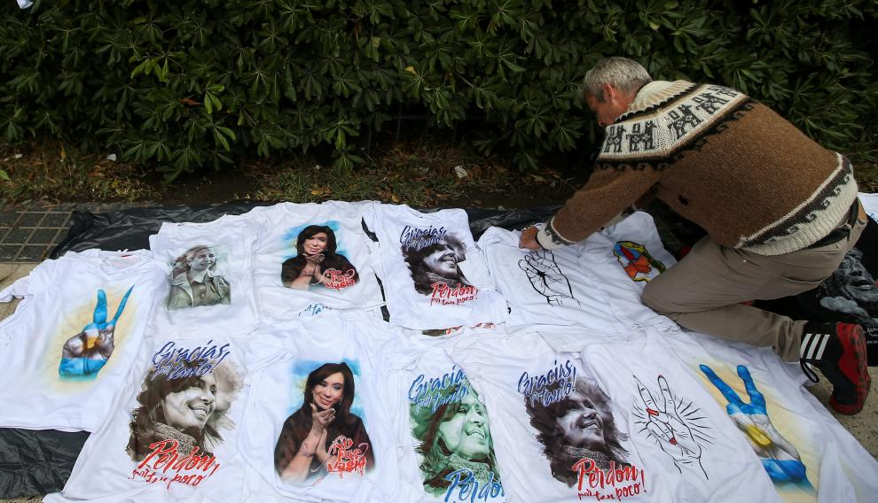 A vendor places shirts for sale with the image of Former Argentine President Cristina Fernandez de Kirchner, outside a court house before the start of a corruption trial, in Buenos Aires, Argentina May 21, 2019. REUTERS/Agustin Marcarian [[[REUTERS VOCENTO]]] ARGENTINA-FERNANDEZ/