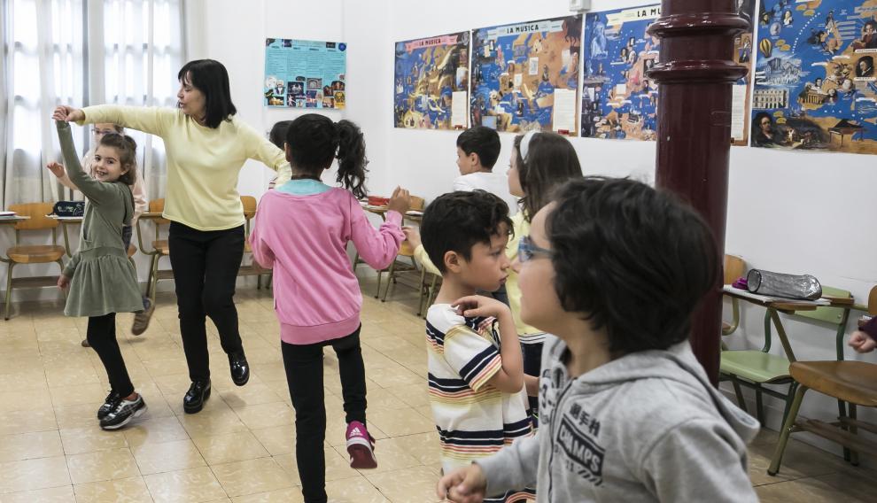 Isabel Zamora, directora del CEIP Gascón y Marín de Zaragoza, en plena clase de Música con sus alumnos de primaria