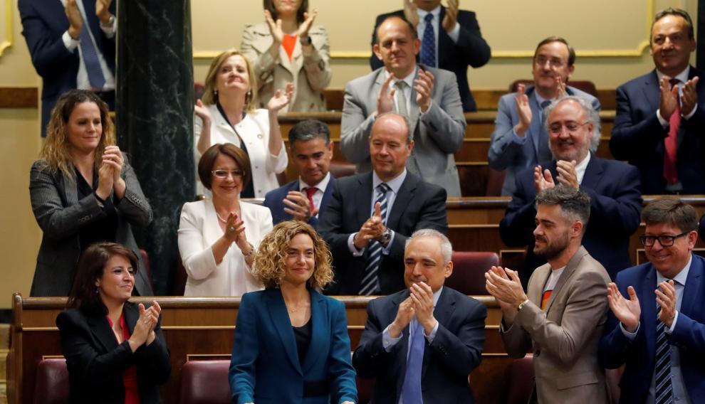 La socialista Meritxell Batet es aplaudida tras ser elegida presidenta del Congreso de los Diputados.