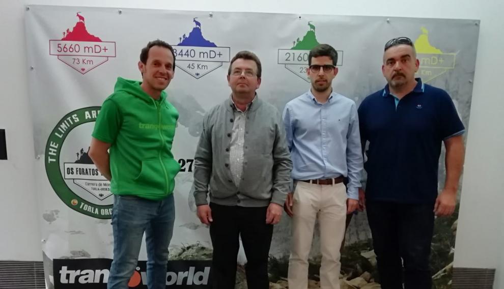 El director del evento, Sergio Morales, junto al alcalde de Torla y el resto de organizadores de Os Foratos de Lomenas.
