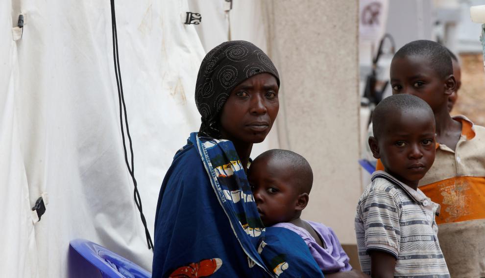 Una mujer congolesa y su hijo, sospechosos de padecer el virus del Ébola, en un centro de tratamiento de Butembo.