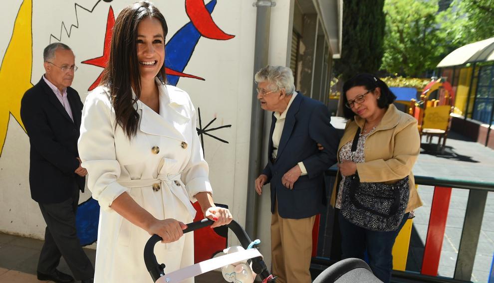 Begoña Villacís acude a votar con su hija recién nacida.