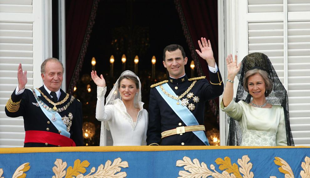 (FILES)-- A file photo taken on May 22, 2004 shows (from L) Juan Carlos of Spain, Princess of Asturias Letizia Ortiz, her husband Spanish Crown Prince Felipe of Bourbon and his mother Queen Sofia of Spain saluting the crowd from the balcony of the Oriental Palace in Madrid after the wedding of Prince Felipe of Spain and Letizia Ortiz. Spain's 76-year-old King Juan Carlos will abdicate in favour of his son, Prince Felipe, Prime Minister Mariano Rajoy announced on June 2, 2014. AFP PHOTO / CHRISTOPHE SIMON SPAIN-ROYALS-ABDICATE-POLITICS-FILES