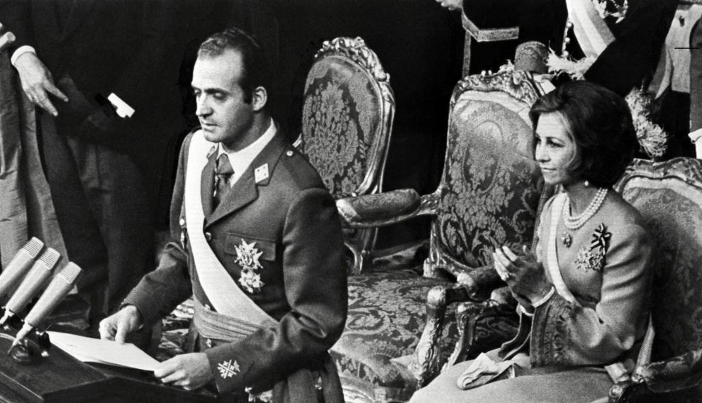 (FILES) -- A file photo taken in February 1976 shows King Juan Carlos of Spain and his wife Queen Sophia of Greece, playing with their children Crown Prince Felipe, 8, and daughter Elena, 12, in Zarzuela Palace in Madrid. Spanish King Juan Carlos will abdicate in favour of his son Prince Felipe, the nation announced on June 2, 2014, ending a 39-year reign that ushered in democracy but was was later battered by royal scandals. The 76-year-old monarch, crowned in November 1975 after the death of General Francisco Franco, is stepping down dogged by health woes and with his popularity deeply eroded by scandals swirling around him and his family.   AFP PHOTO  SPAIN-ROYALS-ABDICATE-POLITICS-FILES