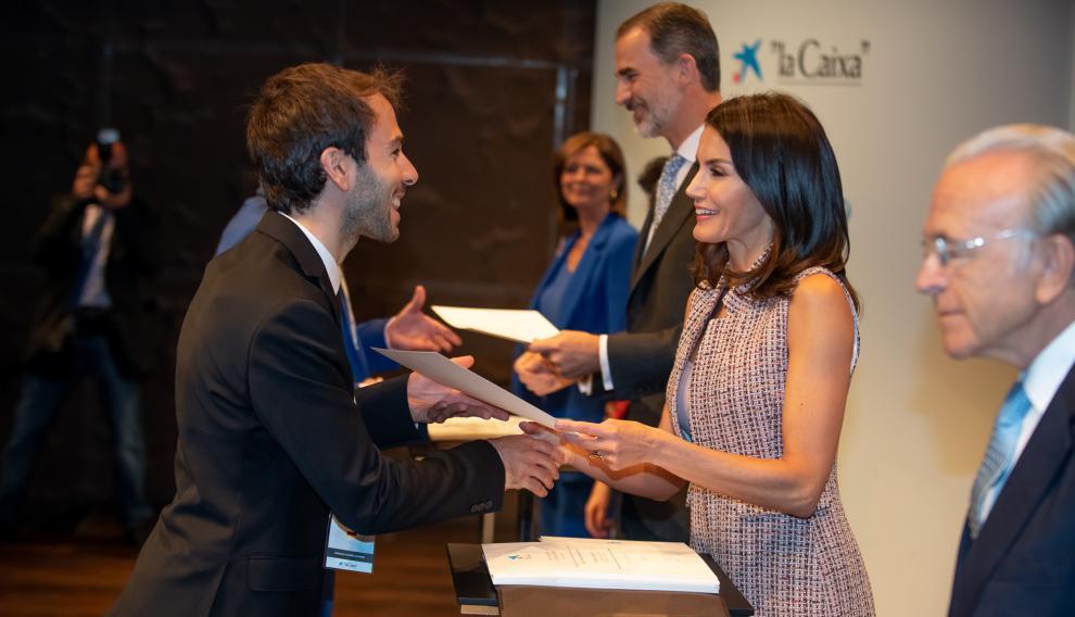 El zaragozano Gonzalo Alonso recibe la beca de La Caixa de manos de la reina Letizia.